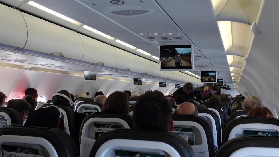 OKSYGEN TIL ALLE: P� alle seterader med to ganger tre seter som i en Boeing 737, er det fire oksygenmasker i beholderen i taket p� hver side av midtgangen, forteller Dagbladets reiseekspert, flykaptein i SAS Knut Berger. Illustrasjonsfoto: ZK-NGJ/CREATIVE COMMONS