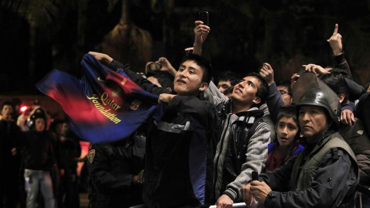 IKKE BARE MOBBING: Lionel Messi har ogs� sine tilhengere utenfor hotellet i Lima.Foto: ENRIQUE CASTRO-MENDIVIL / REUTERS / NTB SCANPIX