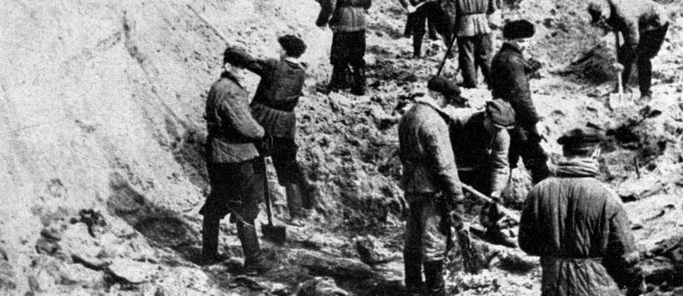FORBRYTELSEN: Det var slike bilder amerikanske krigsfanger ble vist av tyskerne i Katyn i 1943. Her graves polske lik fra massakeren i 1940 opp. Dette bildet er tatt 1. April 1943  AFP PHOTO / FILES PAP/CAF