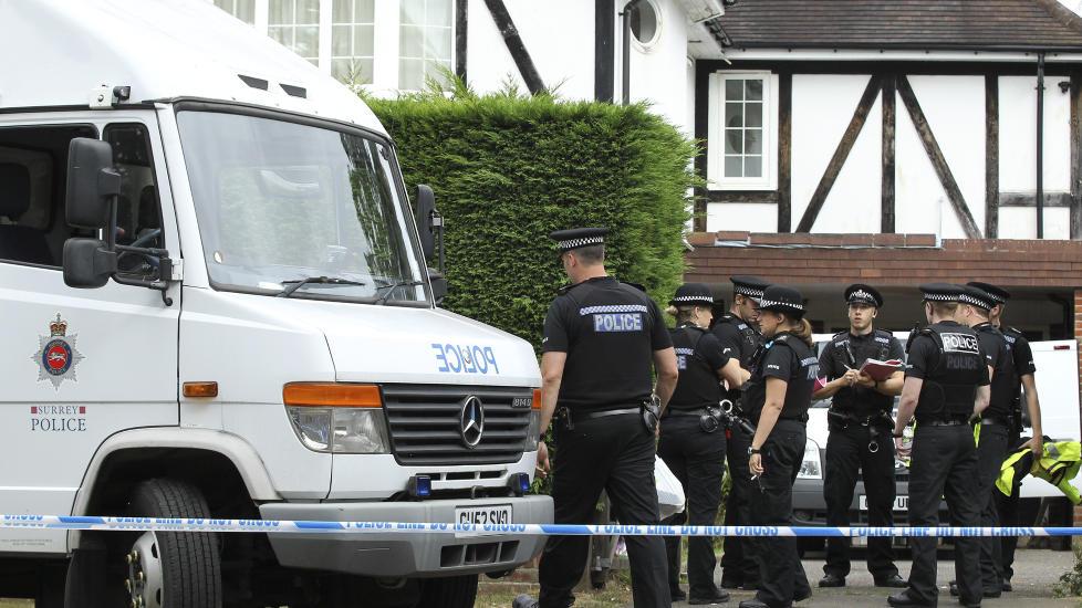 N�KKELVITNE: Zainab, datteren til det britiske paret som ble skutt og drept sammen med en 74 �r gammel slektning, har n� v�knet fra koma. Politi og bombeeksperter unders�ker n� familiens bolig i Claygate, s�r for London. Foto: Reuters / Olivia Harris / NTB Scanpix