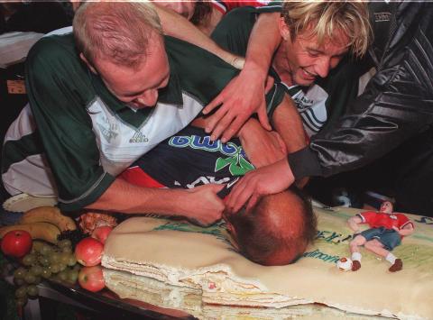 PARTY LIKE IT'S 1999: Her f�r Nils Johan Semb smake EM-kake av Henning Berg og Vidar Riseth etter at Slovenia ble feid av Ullevaal h�sten 1999. Foto: Morten Holm/NTB Scanpix