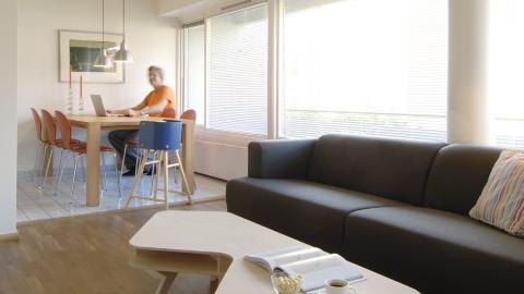 BLOKK TEGNET AV GEIR GRUNG: Leiligheten p� 65 kvm ligger i en blokk tegnet av mesterarkitekten Geir Grung i 1973. De runde s�ylene fra gulv til tak var blant annet typisk for hans arkitekturstil. Foto: Nils Petter Dale