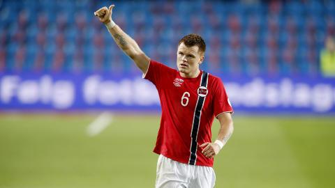 HYLLES: Lagkameratene roser John Arne Riise etter tre poeng mot Slovenia.   Foto: Bj�rn Langsem / Dagbladet.