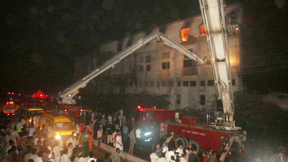 FABRIKKBRANN: Minst 63 mennesker omkom i en brann i Karachi i Pakistan. Foto EPA/STR