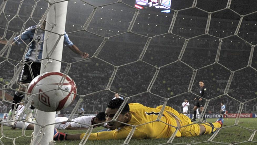 UTLIKNING: Perus keeper Raul Fernandez må se at avslutningen fra Gonzalo Higuain går i mål. Foto: JUAN MABROMATA / AFP / NTB SCANPIX