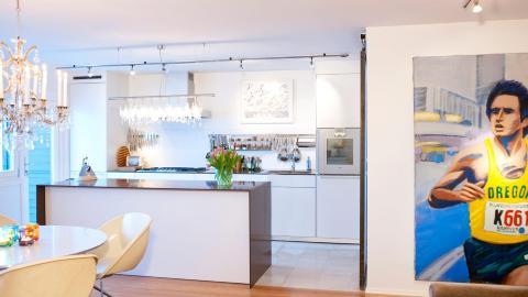 T�FT BILDE: En l�per pryder veggen mellom stue og gang, og bidrar til � sette et personlig og sporty preg p� dette hjemme.  Foto: Espen Gr�nli