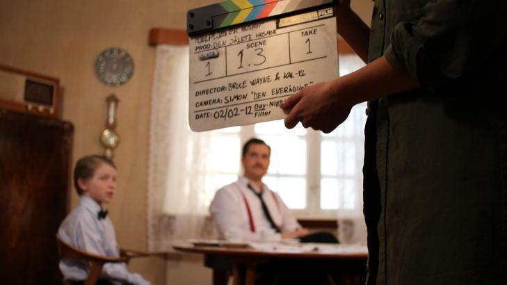 SAMMENSVEISET: Under innspillingen bodde deler av crewet i huset som fungerer som kulissene for serien. Mange ideer ble til underveis og ble testet ut der og da. Foto: GYODC FILMS