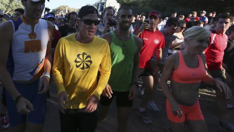 P� L�PETUR I CANADA: Lance Armstrong i gult l�per sammen med mange framm�tte i en park i Montreal 29. august. Foto: CHRISTINNE MUSCHI / REUTERS / NTB SCANPIX