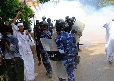 T�REGASS: Sudanske politimenn fors�ker � l�se opp folkemengden, bl.a. ved hjelp av t�regass. Foto: ASHRAF SHAZLY / AFP PHOTO / NTB SCANPIX
