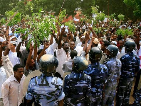 DEMONSTRERER: Vitner p� stedet beregner at s� mange som 10 000 personer kan ha m�tt opp for � protestere i Khartoum i dag. Demonstrantene har stormet den tyske ambassaden, firt det tyske flagget og erstattet det med en islamsk fane. Foto: ASHRAF SHAZLY / AFP PHOTO / NTB SCANPIX