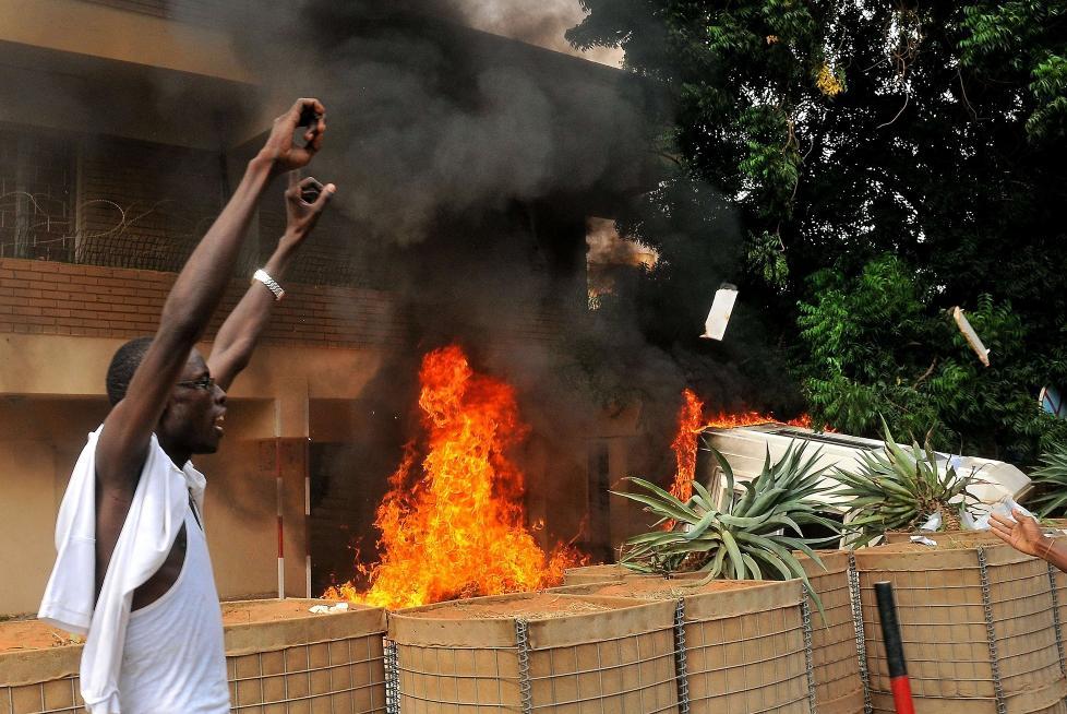 I BRANN: Rasende demonstranter har satt fyr p� den tyske ambassaden i sentrum av Sudans hovedstad Khartoum. Foto: ASHRAF SHAZLY / AFP PHOTO / NTB SCANPIX