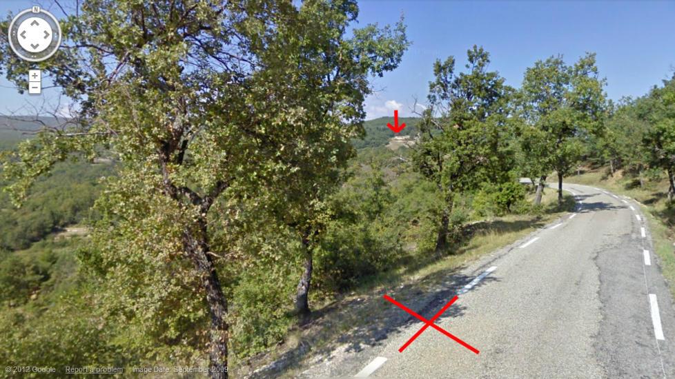 NESTEN EN KILOMETER: Paparazzi-fotografen som tok toppl�sbildene av Kate sto omtrent der det nederste krysset er merket av. Slottet der Kate kastet bikinitoppen er ved den r�de pila. Foto: Google Maps