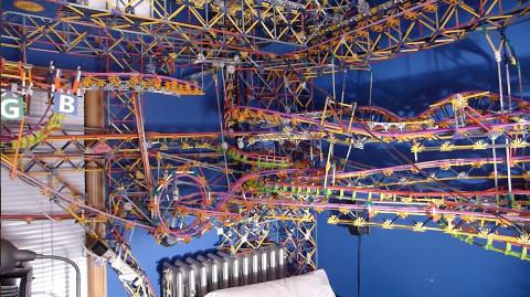 OVER SENGA: Austin brukte �tte m�neder p� � sette sammen de 40 000 delene. Han planlegger � ha konstruksjonen oppe de neste seks m�nedene, i mellomtiden vil senga hans ha f�lgende himmel.