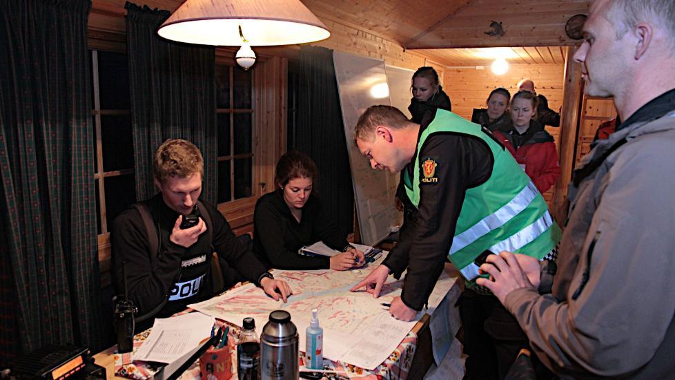Politiet har opprettet en base ved demningen ved Altevatn hvor de organiserer letearbeidet fra. P� bildet er politiets innsatsleder p� stedet Jon K�re Granheim fra M�lselv lennsmannskontor og frivillige som deltar i leteaksjonen. Foto: Stein Wilhelmsen / Nordlys