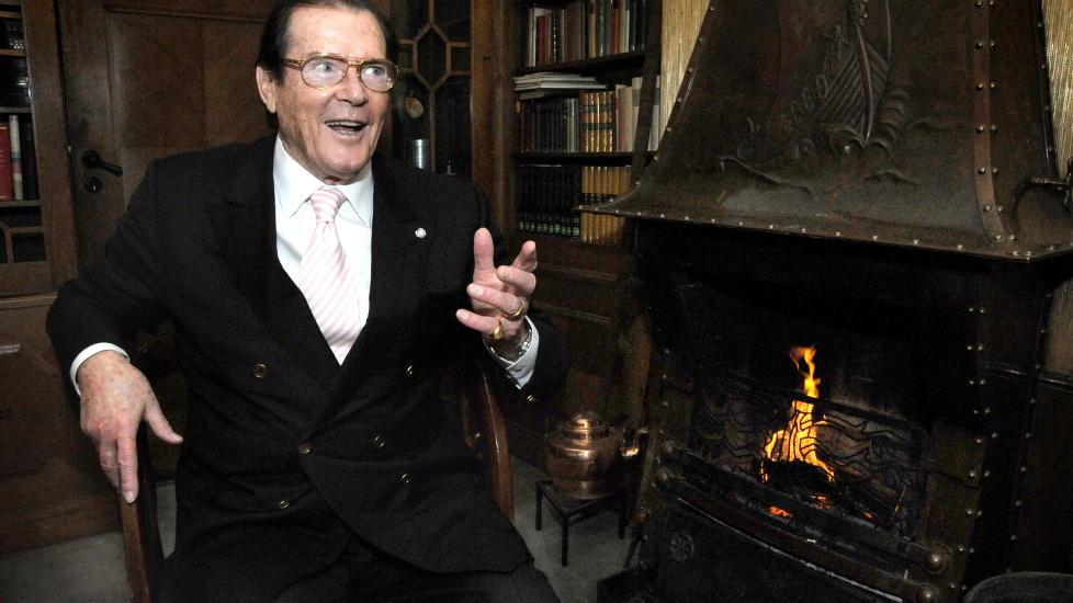 HYGGELIG MED PEIS:  Skuespillerlegenden Roger Moore vet � sjarmere damene. Arkivfoto: �istein Norum Monsen/ Dagbladet