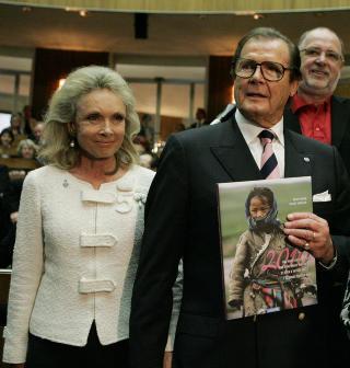 ALLE GODE TING ER FIRE:  Skuespiller Roger Moore og kona Kristina Thostrup giftet seg i 2002. Foto: Lilli Strauss