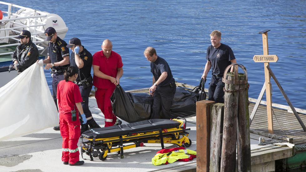 OBDUSERES I MORGEN: Dykkere fant i dag en d�d person i kanalen ved Ravnkloa i Trondheim. Personen er forel�pig ikke identifisert, men vil bli obdusert i morgen, tirsdag.  Foto: Ole Morten Melg�rd