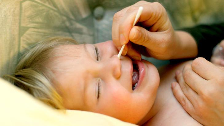 KAN BRUKES I NESEGANGEN: Små barn har små nesebor. Her kan det være fornuftig å bruke en fuktet bomullspinne til å fjerne størknet nesesekret, dersom det er til irritasjon for barnet. Pass på at du ikke bruker kraft, og at bomullen er fuktig nok til å løse opp busene. Illustrasjonsfoto: colourbox.com