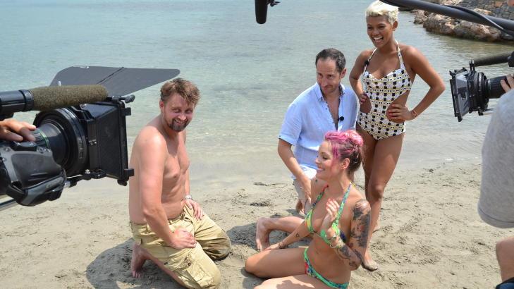 MINNEVERDIG �YEBLIKK: Det ble mye latter da Thomas og Harald fors�kte � gjenskape en �Mamma Mia!�-scene med Triana Iglesias og Alexandra Joner. Video: TV 2
