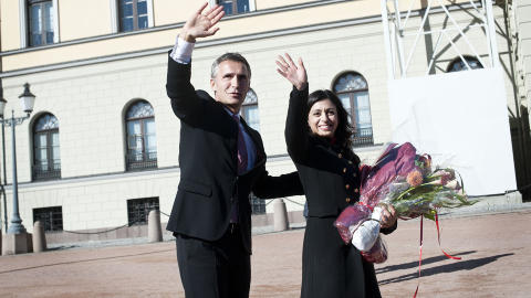 P� SLOTTSPLASSEN: Statsminister Jens Stoltenberg sammen med den nye kulturministeren Hadia Tajik foran slottet fredag. Foto: Melisa Fajkovic / Dagbladet