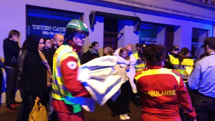 VARMETEPPER: Nødetatene på stedet delte ut tepper til de som var evakuert. Foto: Harald Klungtveit
