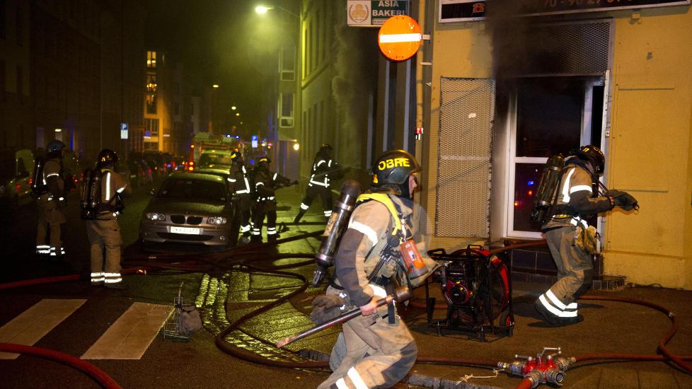 KRAFTIG R�YKUTVIKLING:  : Ni brannbiler rykket ut til brannen p� Gr�nland i kveld. Foto: �istein Norum Monsen