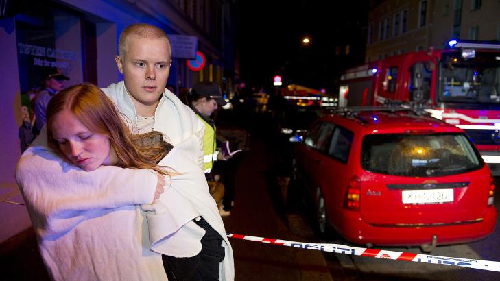 EVAKUERT: Lene Pedersen og Fredrik Granlien håpet å få et sted å sove i natt. Foto: Øistein Norum Monsen