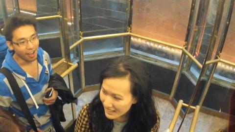 - IT WORKS: Utenlandske turister ble overrasket over at hotellheisen snakket med dem. Foto: TVNorge