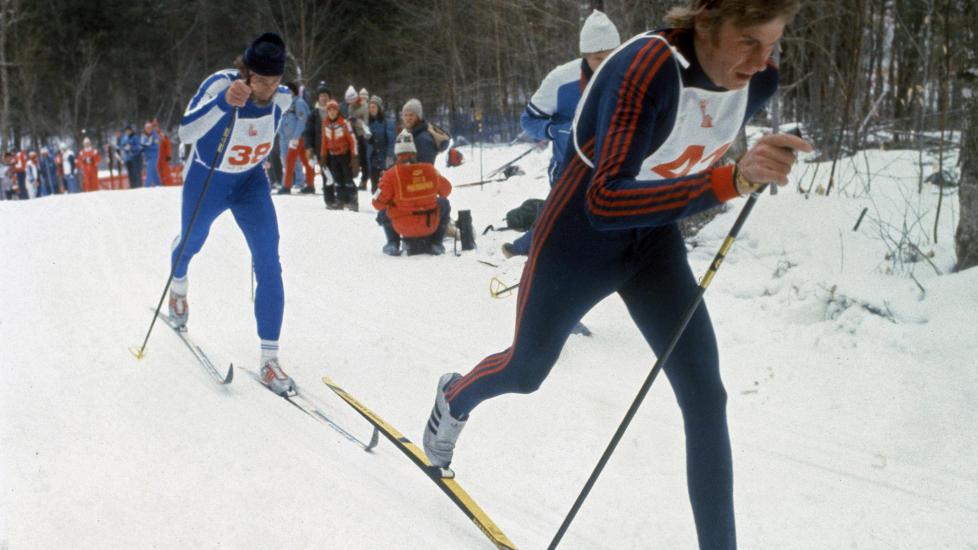 JAGES SELV:  Juha Mieto p� jakt etter gullvinner Nicolai Zimjatov under OL i Lake Placid 1980. N� er det den gamle finske langrennskongen som jages med dopingbeskyldninger i en ny dokumentarfilm. FOTO: NTB / EPU / SCANPIX.