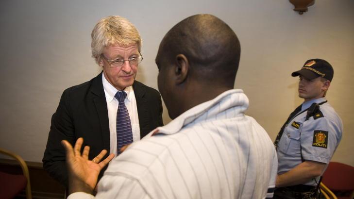 TILTALT: Her er forsvarer Harald Stabell sammen med Sadi Bugingo (47), som er tiltalt for medvirkning til folkemordet i Rwanda. Bildet er fra fengslingsmøtet i Bergen. Foto: Tor Erik H. Mathiesen