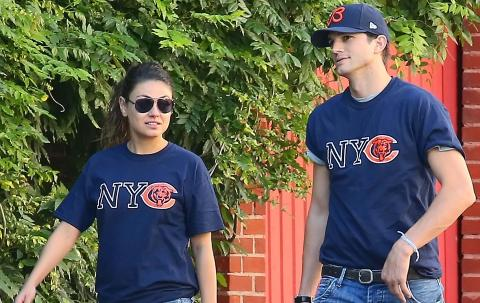 MATCHER:Under en Chicago Bears-kampen i helga gikk Kutcher og Kunis i matchende supporter-skjorter. Foto: Stella pictures