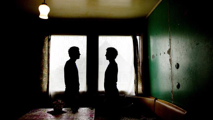 BLE SL�TT OG UTNYTTET: De to tvillingene har milde �yne, som lyser �rlighet og vennlighet. Likevel b�rer de ogs� preg av at de har f�tt skrekken i kroppen. F� har f�lt finanskrisens brutalitet p� kroppen som de to litauiske guttene. Foto: TOMM W. CHRISTIANSEN/DAGBLADET
