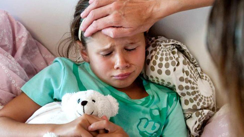 TRENGER KALORIER: Barn som er syke trenger � f� i seg kalorier for � bli bedre. Da hjelper det ikke med bare vann eller sukkerfrie drikker. FOTO: Thinkstockphoto