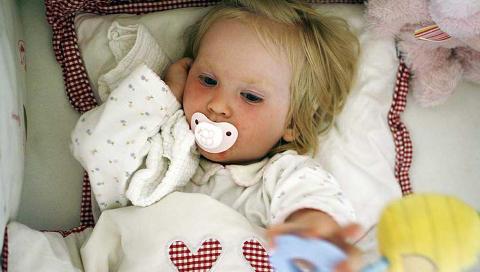 LITEN KROPP: Barn blir mye raskere dehydrerte enn voksne n�r de er syke. Nettopp derfor er det viktig � fylle p� med riktig v�ske. FOTO: Thinkstockphotos