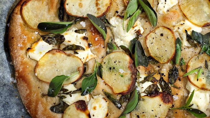 POTETPIZZA: Det h�res kanskje rart ut for oss, men i pizzahovedstaden Napoli er dette en popul�r klassiker, og sammen med kremost, friske urter og olivenolje setter de tynne, r�stekte potetskivene nydelig smak p� fredagspizzaen. Foto: METTE M�LLER