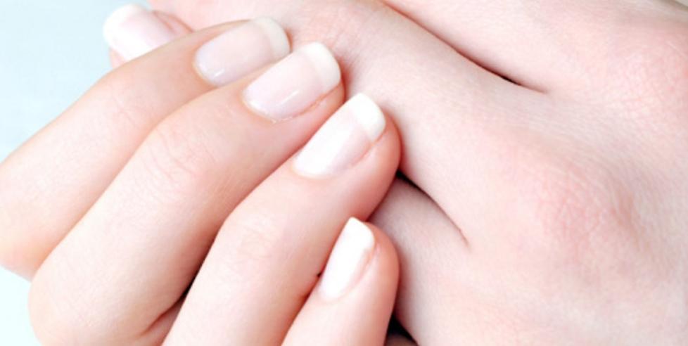 SUNNHETSTEGN: En frisk negl skal ha en rosaaktig farge der den er i kontakt med neglesengen, overflaten skal v�re glatt og den skal v�re hard, men inneholde fuktighet slik at den ikke fliser seg.  FOTO: Thinkstock