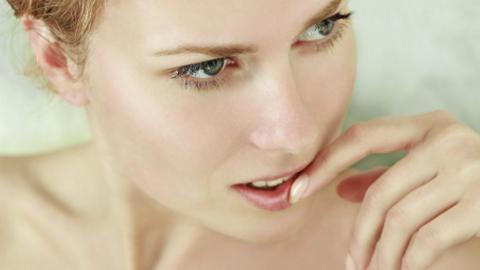 NEGLVBITING: Biter du negler, er det gjerne et tegn p� at de er t�rre, eller at du lider av vitaminmangel.  FOTO: Thinkstock
