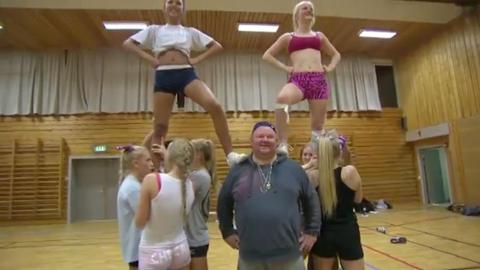 OMSVERMET: I videoen er Arne Per blant annet omsvermet av smekre cheerleader-jenter.