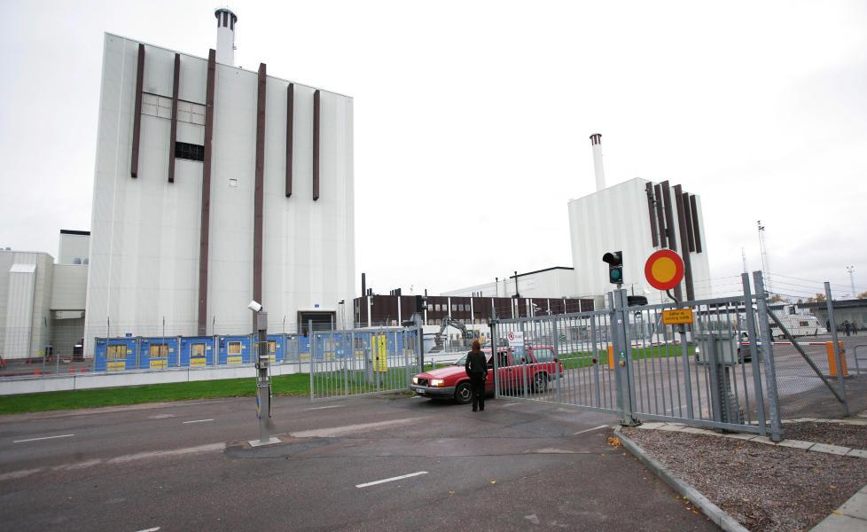 KAN STENGES: Greenpeece mener det er stor ulykkesfare ved svenske atomkraftverk i Sverige og krever at de stenges. Her er det svenske kjernekraftverket Forsmark. Arkivfoto: Fredrik Sandberg / SCANPIX