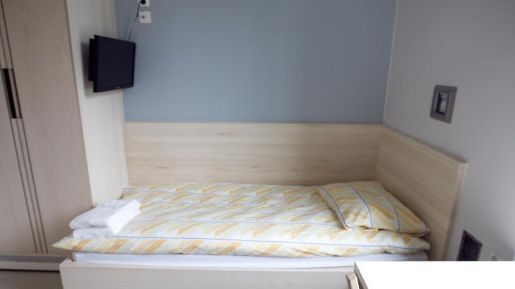 ENEROM: Slik ser en av cellene ut i fengselet. Flatskjermen henger over senga. Foto: Heiko Junge / Scanpix