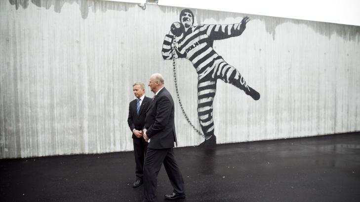 ÅPNINGSBESØK: Kong Harald og daværende  justisminister Knut Storberget besøkte fengselet da det ble åpnet i 2010. Foto: Heiko Junge / Scanpix