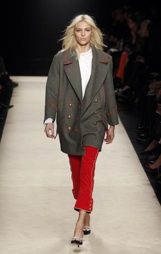 MILIT�RINSPIRERT: Isabel Marant lot seg inspirere av milit�rets uniformsjakker i h�st- og vinterkolleksjonen for i �r. Foto: NTB Scanpix