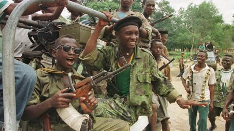BARNESOLDATER: Simon Manns selskap Executive Outcomes ble blant annet hyret inn for � kjempe mot RUF (Revolutionary United Front) i Sierra Leone. Foto: AP / Enric Marti / NTB Scanpix