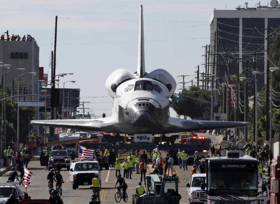 TRANGT: Mens gatene i Los Angeles er brede i norsk målestokk, blir de i overkant trange når trafikken består av ei romferje. «Endeavour» er nå rundt halvveis i «kjøreturen» til California Science Center hvor den skal stilles ut. Foto: REUTERS / Jonathan Alcorn / NTB Scanpix