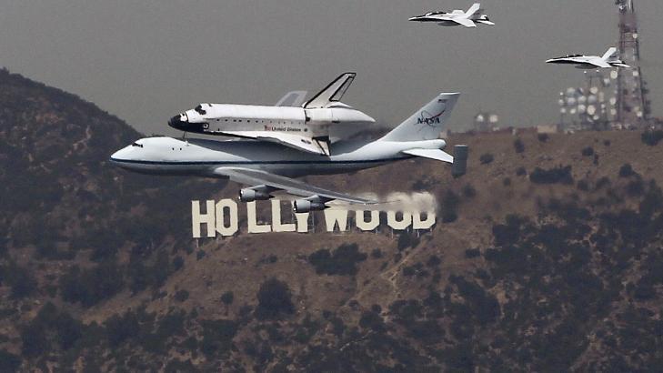 PASSASJER: Plassert på ryggen til en spesialbygget jumbojet, landet «Endeavour» i Los Angeles 21. september. I går startet den aller siste etappen før fartøyet pensjoneres: kjøreturen fra flyplassen til utstillingsplassen på California Science Center. Foto: REUTERS / Mike Blake / NTB Scanpix