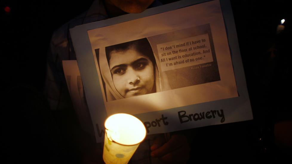 HEDRES: Over store deler av verden hylles Malala for sin tapperhet. Her fra Nepal. Foto: NIRANJAN SHRESTA / AP / NTB SCANPIX