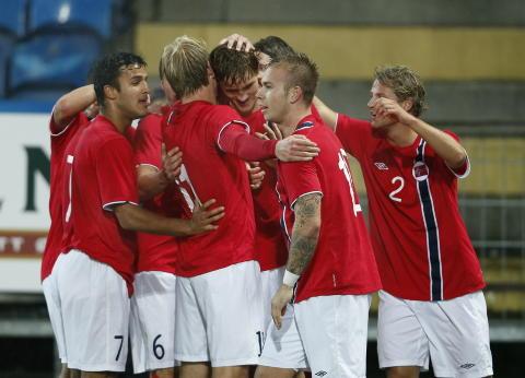 SJOKKSTART: Det var spilt s� vidt over 26 minutter da Thomas Rogne (i midten) gjorde 3-0 til Norge p� Marienlyst. Foto: ERLEND AAS / NTB SCANPIX