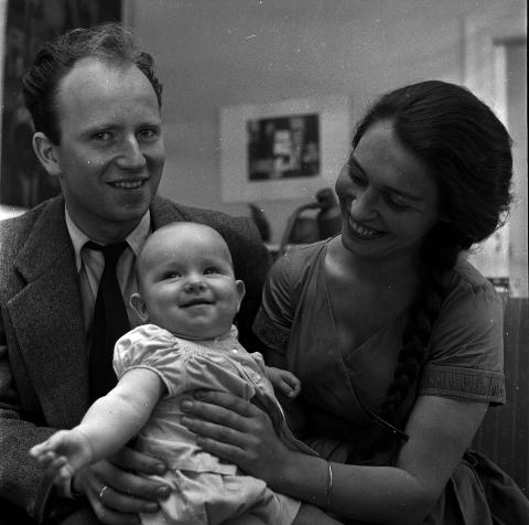 GLADE FORELDRE: Her er Karin Stoltenberg og Thorvald Stoltenberg med barn, Camilla Stoltenberg, anno 1958. Foto: Scannet fra filmnegativ.  Sv/hv.   Foto: Dagbladet