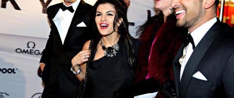 Aylar Lie sleit med � holde kjolen p� plass