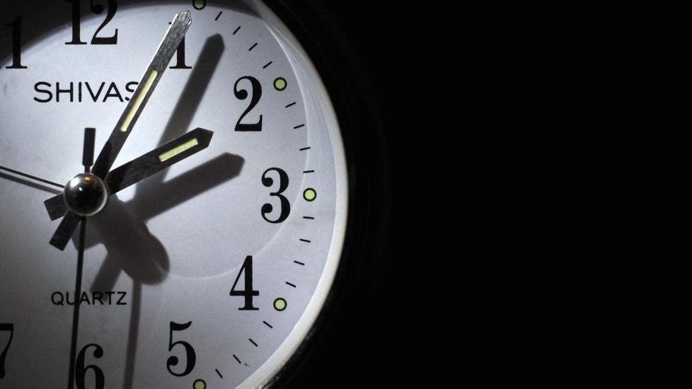 HVILKEN VEI?: Det finnes flere huskeregler for hvilken vei klokka skal stilles. Foto: JEFF PACHOUD / AFP Photo